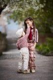 Der Junge, der nette Schwester umarmt und schaut oben Stockfotografie