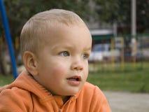 Der Junge in der orange Jacke. Lizenzfreie Stockbilder