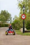 Der Junge, der Pedal fährt, gehen Warenkorb Stockfoto