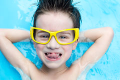 Junge im aquapark Lizenzfreies Stockfoto