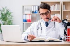 Der junge Doktor, der medizinische Bildung studiert Lizenzfreies Stockfoto