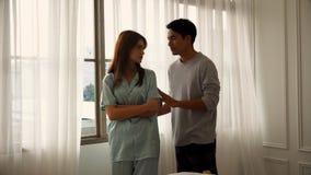 Der junge Ehemann und die Frau sind empfindlich stockfotos