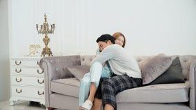 Der junge Ehemann war seine schwangere Frau froh Lizenzfreie Stockfotos
