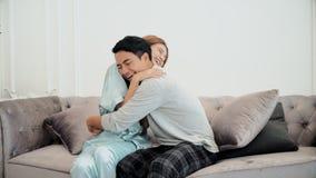 Der junge Ehemann war seine schwangere Frau froh Stockfoto
