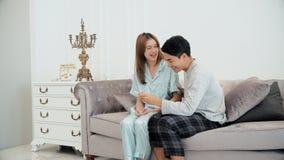 Der junge Ehemann war seine schwangere Frau froh Lizenzfreies Stockfoto