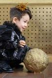 Der Junge in einem Anzug schwarzen Prinzen sitzend auf dem Boden Stockbilder