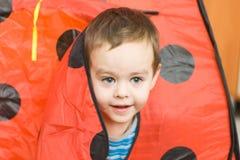 Der Junge in einem kleinen Haus Lizenzfreie Stockbilder