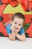 Der Junge in einem kleinen Haus Stockbild