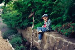 Der Junge in einer Schutzkappe Stockfoto
