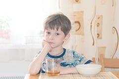 Der Junge frühstückt Lizenzfreie Stockfotografie