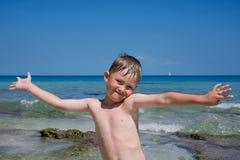 Der Junge gegen das Meer. Lizenzfreie Stockfotos
