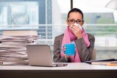 Der junge Geschäftsfraukranke im Büro stockfotos