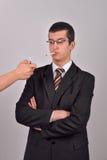 Der junge Geschäftsmann, der im Smoking gekleidet wird, whaiting für jemand EL Lizenzfreies Stockfoto