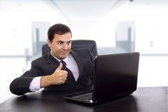 Der junge Geschäftsmann, der mit arbeitet, ist Laptop Lizenzfreies Stockbild