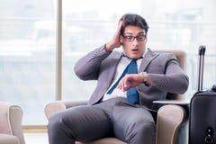 Der junge Geschäftsmann in Flughafengeschäfts-Aufenthaltsraum-Warteflug stockfotos
