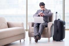 Der junge Geschäftsmann in Flughafengeschäfts-Aufenthaltsraum-Warteflug stockbild
