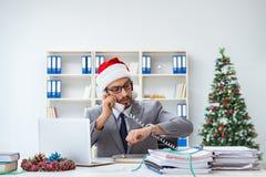 Der junge Geschäftsmann, der Weihnachten im Büro feiert lizenzfreies stockfoto