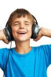 Der Junge hält die Kopfhörer an Lizenzfreies Stockfoto