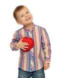 Der Junge hält ein Herz Stockfotos