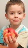 Der Junge hält einen Pfirsich an Stockbilder