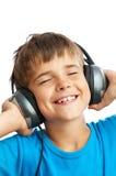 Der Junge hört Musik Lizenzfreie Stockfotografie