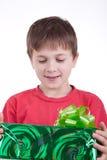 Der Junge hat ein Geschenk empfangen Stockbilder