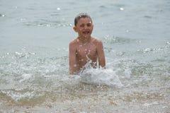 Der Junge hat einen Spaß im Wasser Lizenzfreies Stockbild