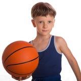 Der Junge hielt einen Basketballball eine eine Hand Lizenzfreies Stockbild