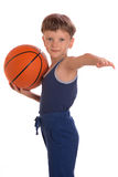 Der Junge hielt einen Basketballball eine eine Hand Lizenzfreie Stockbilder