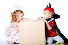 Der Junge im Bild des Teufels und des Mädchenengels Lizenzfreie Stockfotos