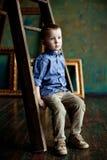 Der Junge im blauen Hemd und im Kordsamt keucht stockfotos