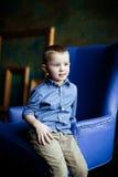 Der Junge im blauen Hemd und im Kordsamt keucht lizenzfreies stockbild