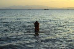 Der Junge im Meer Stockbilder