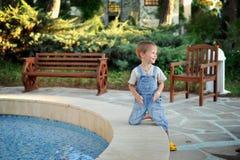 Der Junge im Park Lizenzfreie Stockfotografie