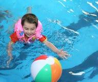 Der Junge im Pool. Lizenzfreie Stockbilder