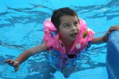 Der Junge im Pool. Lizenzfreies Stockbild