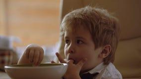 Der Junge isst sich Ein unabhängiges Kind Einsame Kindheit stock footage