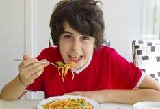Der Junge isst Spaghettis Lizenzfreies Stockbild