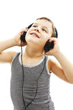 Der Junge ist, hörend lächelnd und Musik und oben schaut Lizenzfreie Stockbilder