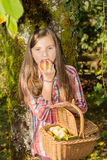 Der Junge Jugendlicher vor, der Apfel im Garten isst Stockbild