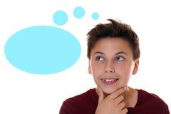 Der junge Jugendlichjunge, der mit denkt, denken Blase und copyspace Stockbilder