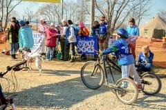 Der junge Kerl kostet auf drei das Radfahrrad stockbild
