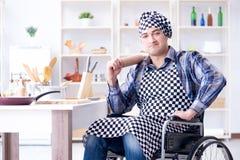 Der junge Koch mit der Rolle, die Teigmahlzeit vorbereitet Lizenzfreie Stockfotografie