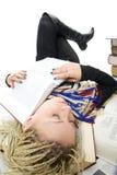 Der junge Kursteilnehmer schläft auf Büchern Stockfoto