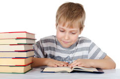 Der Junge liest das Buch Stockfoto