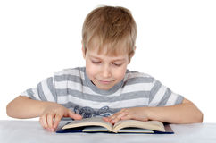 Der Junge liest das Buch Lizenzfreie Stockfotografie