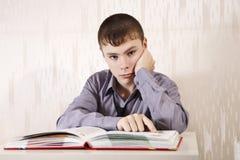 Der Junge liest das Buch Stockfotografie