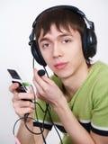 Der junge Mann in den Kopfhörern spricht durch Telefon lizenzfreies stockbild