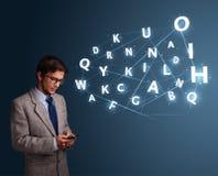 Der junge Mann, der auf Smartphone mit High-Techem 3d schreibt, beschriftet das Kommen Stockbild