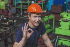 Der junge Mann, der an der alten Fabrik auf Installation von equi arbeitet Stockfotos